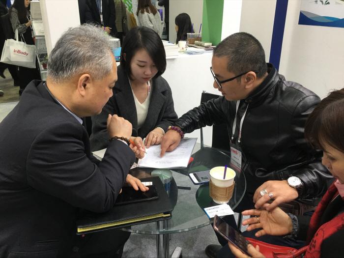 KIMES 2017에 참여한 올소테크 관계자가 베트남 의료기기 기업인 에이엔에이치디유씨파머 대표(사진 오른쪽)와 수출계약을 위한 협상을 진행 중인 모습.(사진제공-대구TP)<br />