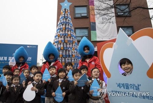 세계 물의 날을 이틀 앞둔 지난 20일 서울 종로구 마로니에공원에서 열린 국제구호개발 NGO 월드비전 주최 `워터풀 크리스마스 캠페인`에서 어린이들이 500ml 생수병을 쌓아 만든...
