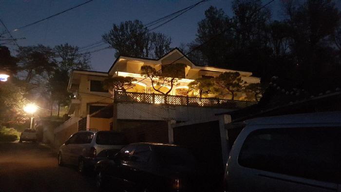 박근혜 전 대통령이 서울 강남구 삼성동 자택을 팔고 새로 사들인 내곡동 자택에서 21일 이사 준비가 벌써 시작됐다. 이날 저녁 불이 환하게 들어온 새 자택엔 예전 삼성동 자택을 지...