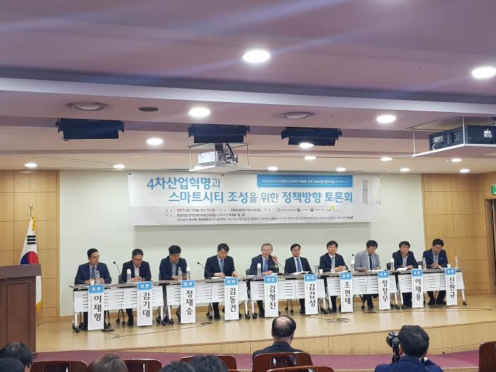 19일 아침 국회의원회관 소회의실에서 열린 에서 패널들이 토론에 임하고 있다. [사진제공 = 여시재]<br />