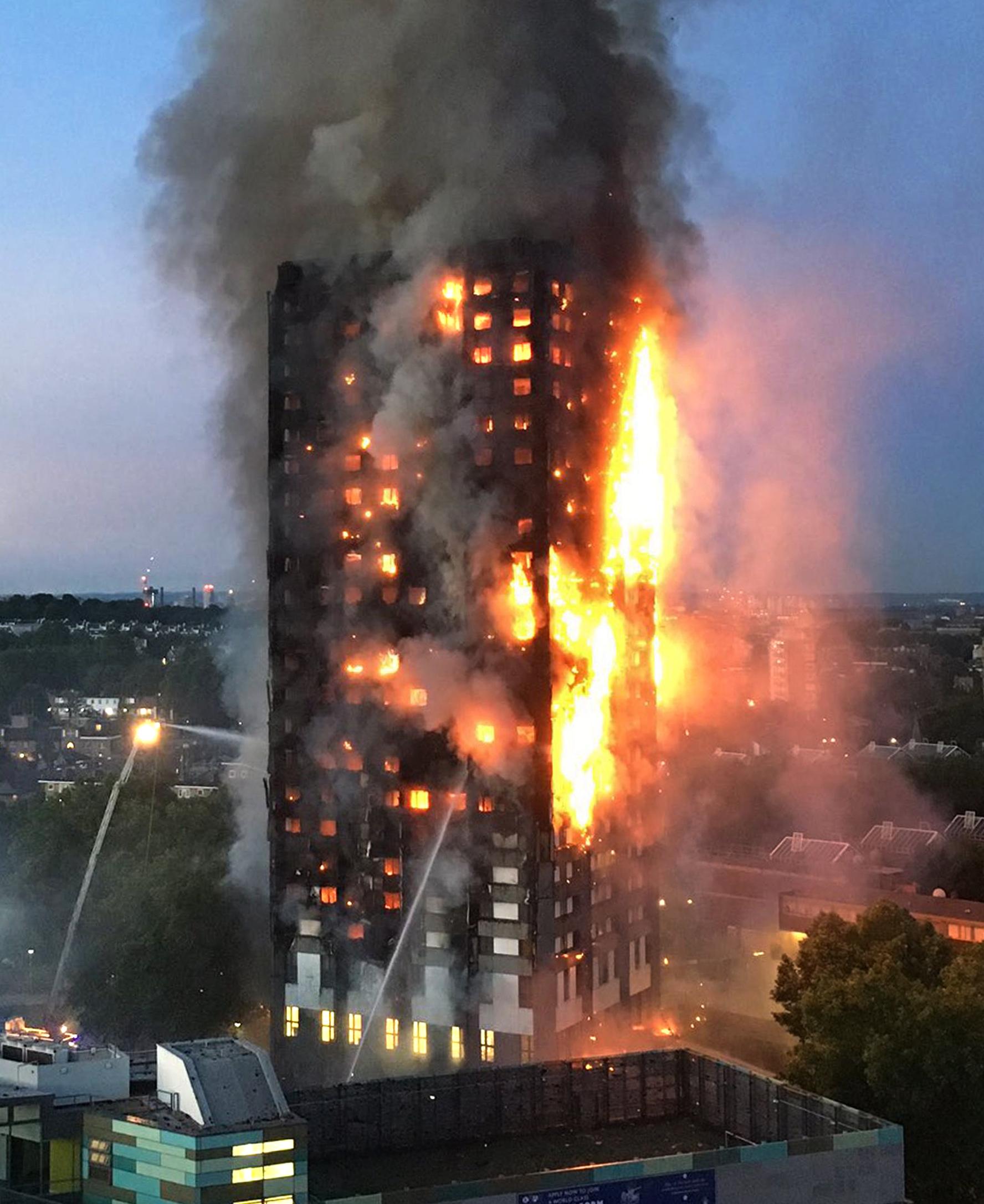 영국 런던에 있는 24층짜리 아파트 건물 '그렌펠 타워' 2층에서 14일(현지시간) 새벽 화재가 나 삽시간에 건물 꼭대기까지 번져 건물 전체가 화염에 휩싸여 있다. 런던 소방당국은...