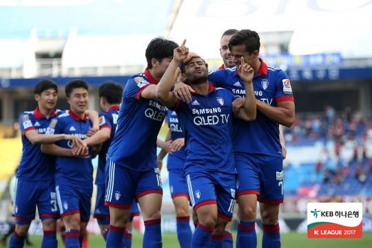 수원이 산토스(가운데)의 활약에 힘입어 FA컵 4강에 진출했다. 사진=한국프로축구연맹 제공