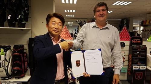 볼빅은 지난 4일 네덜란드의 암스테르담에서 유럽 최대의 유통업체와 용품 라이선스 계약을 체결하며 유럽 골프시장 연착륙에 성공했다. 사진=볼빅 제공