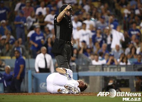 힐은 지난 12일(한국시간) 경기에서 번트를 시도하던 도중 투구에 가슴을 맞았다. 사진(美 로스앤젤레스)=ⓒAFPBBNews = News1