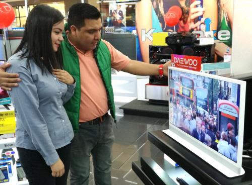과테말라 가전양판점 '맥스(MAX)' 에서 동부대우전자 인테리어TV '허그(Hug)' 를 구경하고 있는 현지 소비자 모습  [사진 제공 : 동부대우전자]