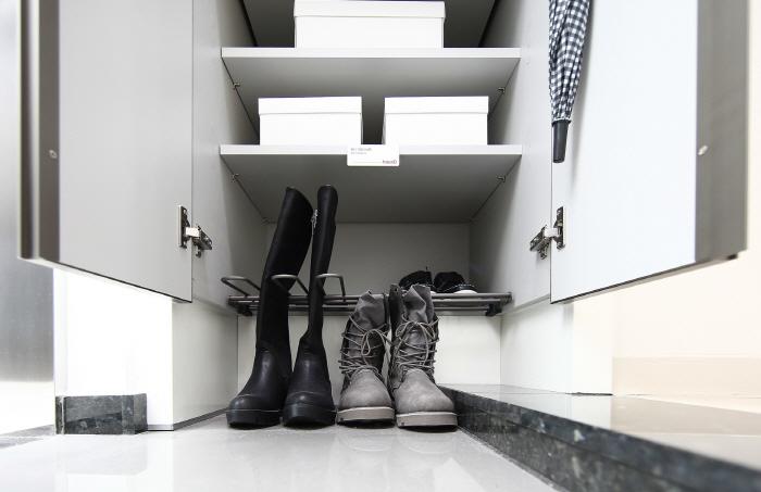 부츠를 고정시킬 수 있는 `하우스디 어반`의 신발장 [사진제공=대보건설]
