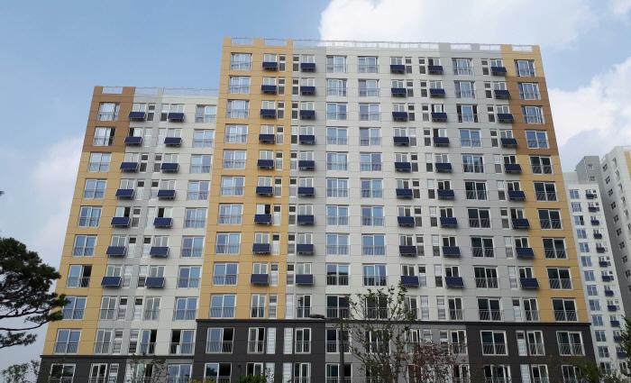미니태양광이 설치된 서울시 임대주택 전경