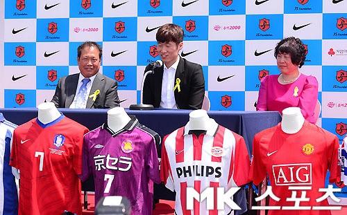 박지성의 은퇴 기자회견이 열렸던 지난 2014년 5월. 고인이 된 어머니 장명자 씨(오른쪽)도 동석했다. 사진=김영구 기자