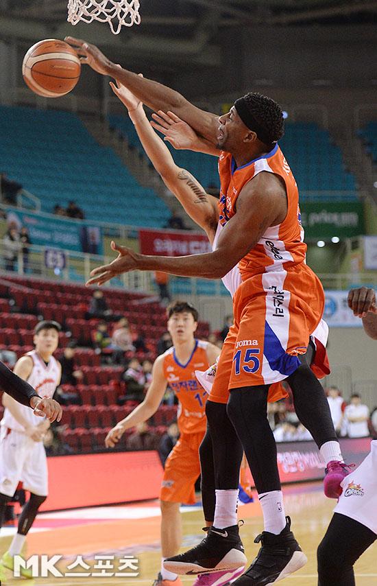 프로농구 5라운드 MVP에 선정된 인천 전자랜드 브랜든 브라운. 사진=MK스포츠 DB