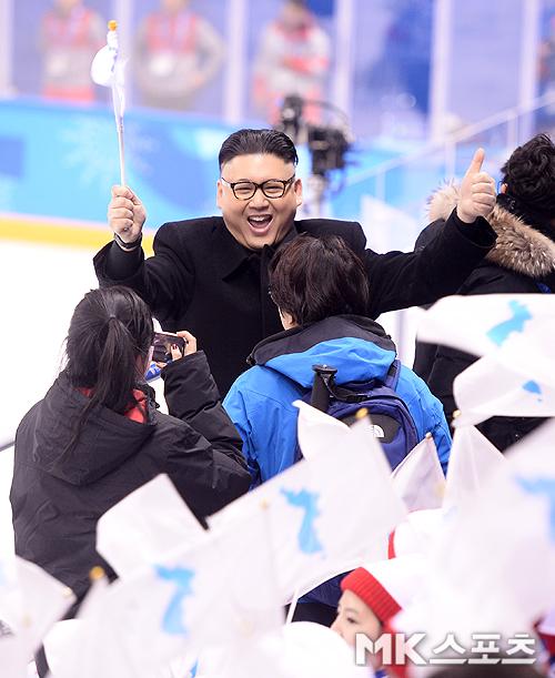 이날 북한 응원단 앞에 김정은 코스프레를 한 남성이 나타나 한반도기를 흔들며 응원해 북한 응원단을 놀라게 하는 해프닝이 벌어졌다.