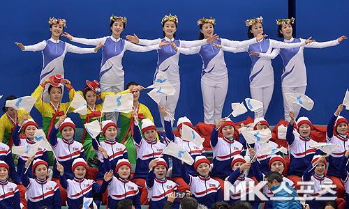 머리에 화관을 쓰고 응원하고 있는 북한 응원단.