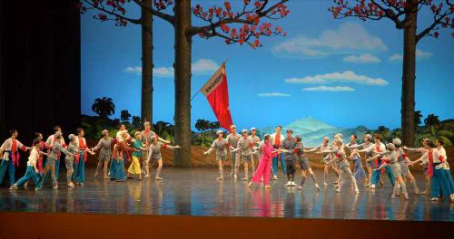 방북한 중국 예술단이 지난 15일 동평양대극장에서 발레무용극 `붉은 여성중대`를 무대에 올렸다고 노동당 기관지 노동신문이 16일 보도했다. [사진 제공 = 연합뉴스]