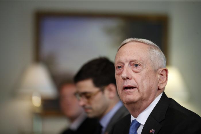 제임스 매티스 미국 국방장관이 15일(현지시간) 워싱턴DC의 펜타곤에서 열린 한 행사에서 발언하고 있다. 미 국방부 대변인은 이날 북한이 한미 연합공중훈련인 `맥스선더` 훈련을 비...