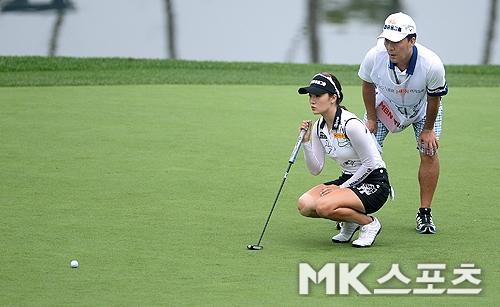 오지현이 우승 없이 대상포인트 1위에 올랐다. 보그너 MBN 여자오픈 당시 퍼팅라인을 살피고 있는 오지현. 사진=MK스포츠 DB