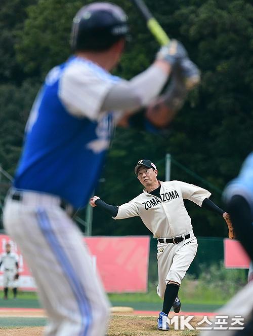 조마조마 야구단 영화감독 장진이 스마일과의 경기에서 선발투수로 나와 투구하고 있다.