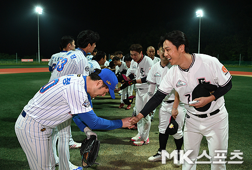 이기스 박재정 감독과 개그콘서트 이동윤 감독이 경기를 마치고 인사를 나누고 있다.