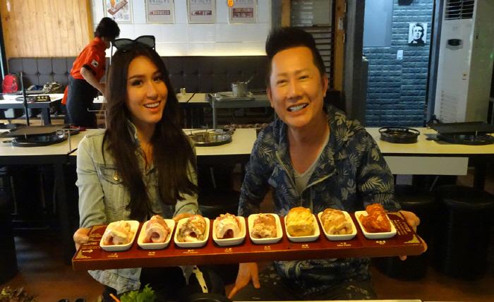 MC 나오사 잇사라그리(왼쪽)과 모델 프레미카 파멜라의 한국 음식을 소개하는 방송 촬영 모습 [사진제공 = 서울시]