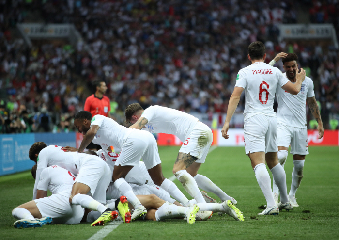 (180711) -- MOSCOW, July 11, 2018 (Xinhua) -- Players of England celebrate Kieran Trippier's goal du...