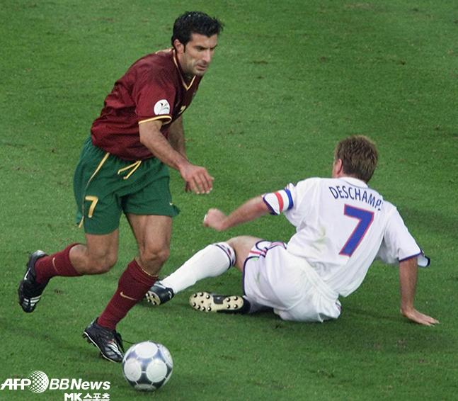 무매독자 축구 스타의 대표라 할 수 있는 루이스 피구가 2000년 유럽축구연맹선수권 준결승에서 프랑스 주장 디디에 데샹을 개인기로 무력화시키는 모습. 사진=AFPBBNews=New...
