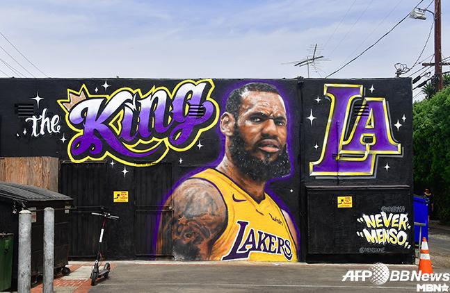 '무매독자' 역대 최고의 프로농구선수이자 NBA 현역 일인자 르브론 제임스는 2018-19시즌 로스앤젤레스 레이커스로 이적했다. 이미 LA의 왕으로 불린다. 사진=AFPBBNews...