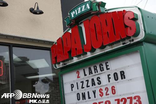 설립자가 흑인을 비하하는 표현을 사용해 논란이 된 피자 브랜드 파파존스가 외면을 받고 있다. 사진=ⓒAFPBBNews = News1