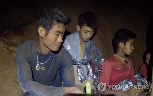 태국 동굴소년들을 끝까지 지킨 에까뽄 찬따웡(왼쪽) 코치 [사진제공 = 연합뉴스]