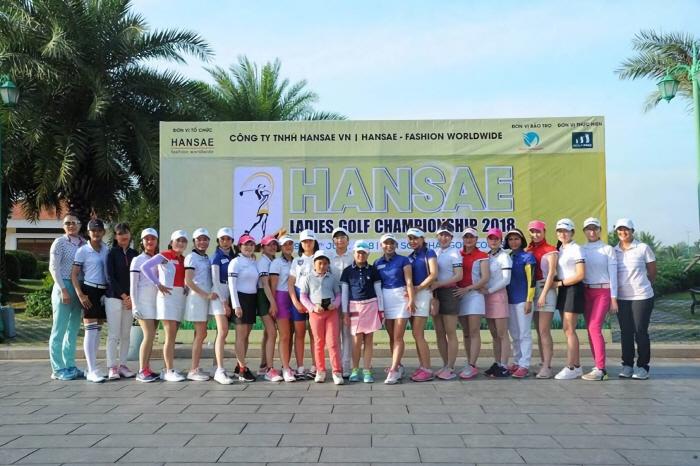 `2018 한세 레이디스 골프대회` 참가 선수들이 기념 사진을 촬영하고 있다. [사진제공 = 한세실업]