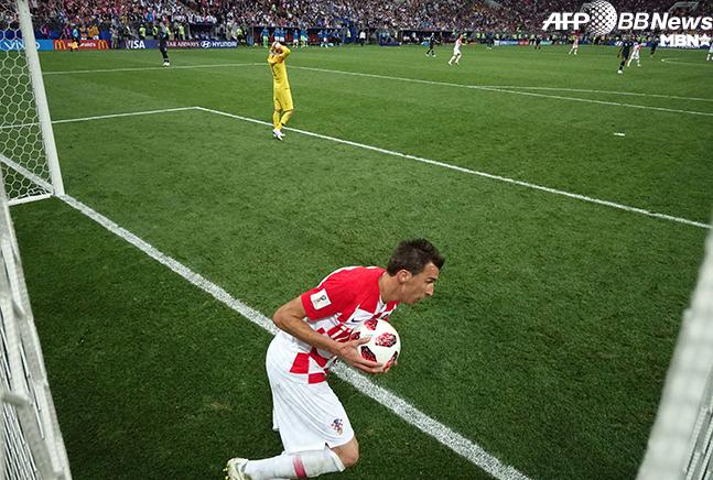 월드컵 결승 만회골 직후 빠른 경기 재개를 위해 공을 센터 마크로 들고 가는 마리오 만주키치의 모습. 사진=AFPBBNews=News1