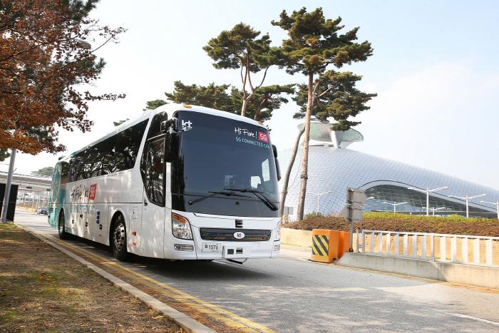 KT 자율주행 버스가 인천국제공항 제1터미널 장기주차장을 지나고 있다. [사진제공 = KT]