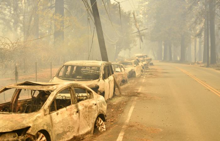 美 캘리포니아 대형산불로 버려진 차량들<br /> <br /> <br /> <br />     (샌프란시스코 AFP=연합뉴스) 대형산불이 발생한 미국 캘리포니아주 북부 뷰트카운티의 파라다이스 지역에서 9일(현지시간) 버려진...