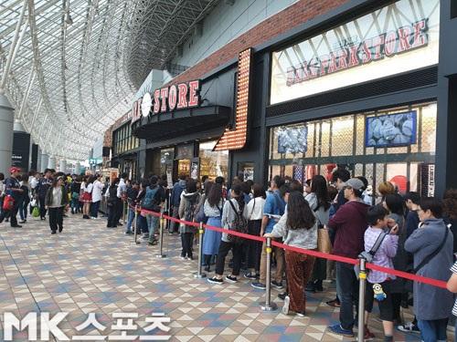 도쿄돔에 위치한 기념품 판매매장은 미일올스타전 기념물품을 사기 위한 긴 줄이 형성돼있었다. 사진(日도쿄)=황석조 기자