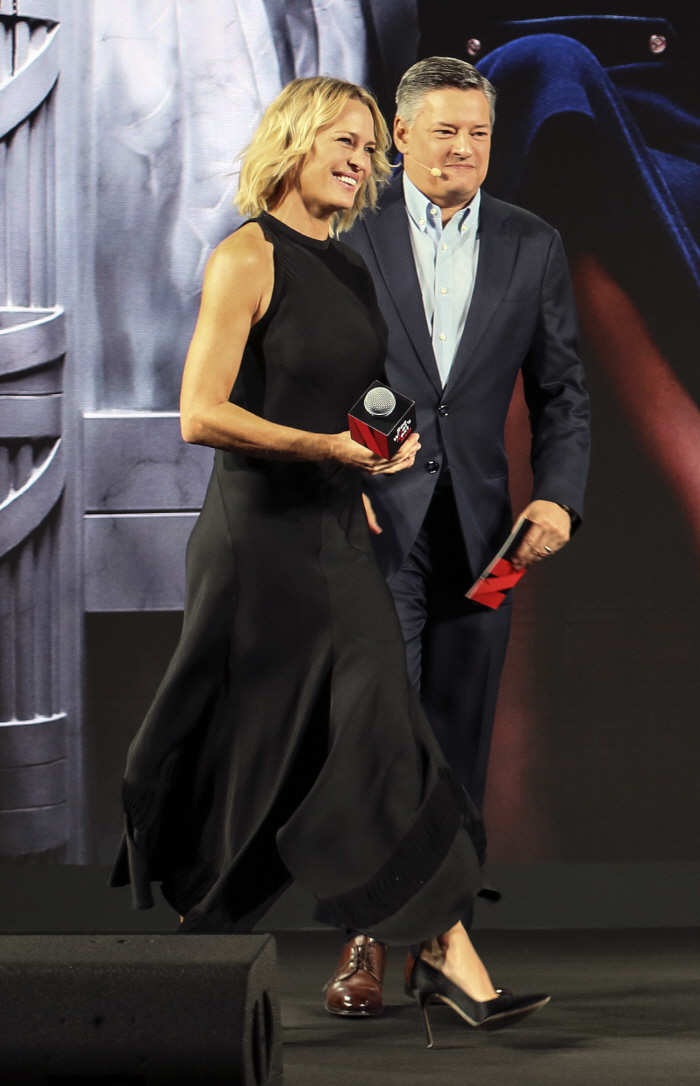 배우 로빈 라이트(왼쪽)가 테드 서렌도스 넷플릭스 CCO와 사진 촬영을 위해 포즈를 취하고 있다. [사진제공 = 넷플릭스]