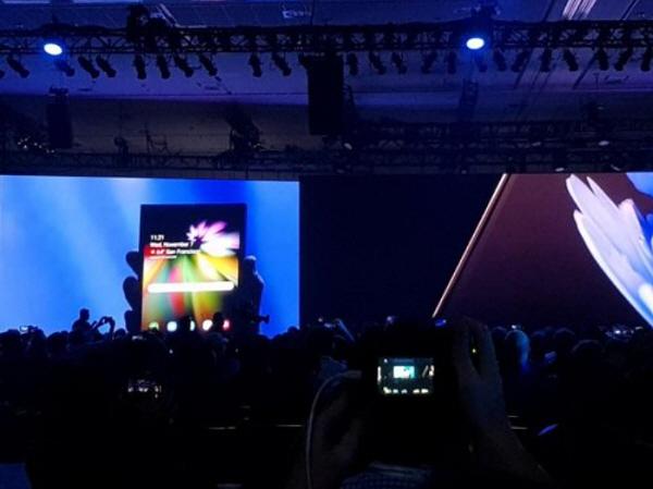 사진설명삼성전자가 7일(현지시간) 미국 샌프란시스코 모스콘센터에서 제5회 삼성 개발자 콘퍼런스(SDC)를 열고 내년에 출시할 폴더블폰의 디스플레이와 사용자 인터페이스(UI)를 처음...