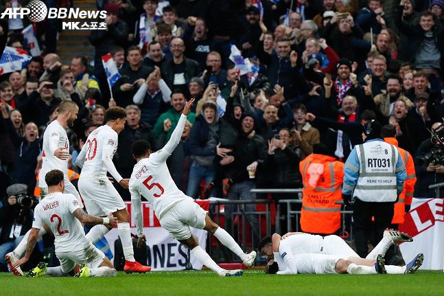 잉글랜드 크로아티아전 결승 득점 후 환호하는 선수단과 홈 관중. 사진(영국 런던)=AFPBBNews=News1