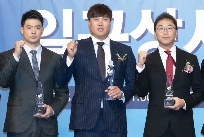 기념촬영하는 대상-타자상-투수상 수상자들  [사진 출처 = 연합뉴스]