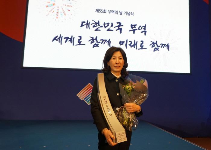 제 55회 무역의 날 행사에서 2억불 수출의 탑을 수상한 김정수 삼양식품 대표 [사진 = 삼양식품]