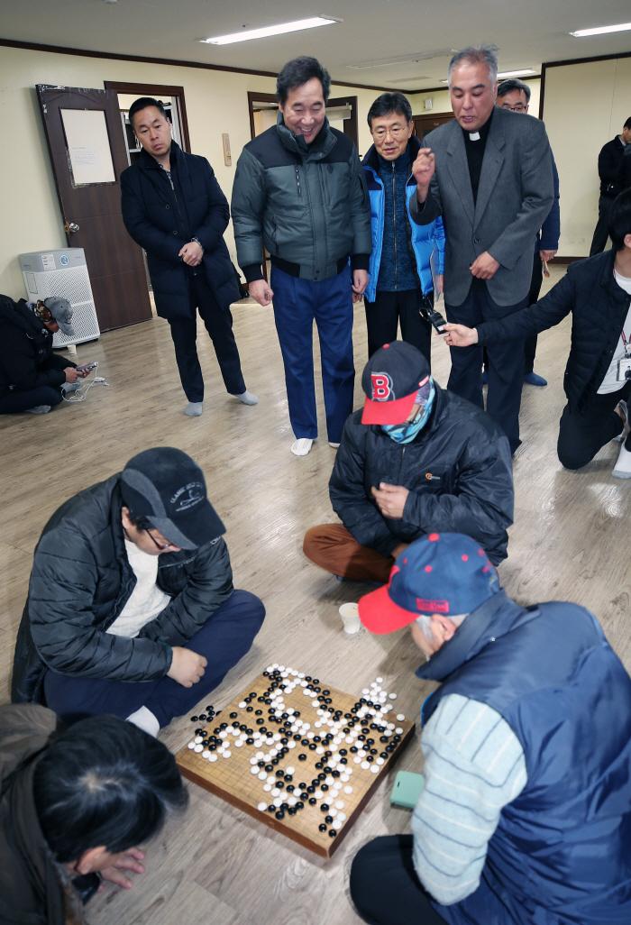 노숙인 쉼터 방문한 이낙연 총리 [사진 = 연합뉴스]