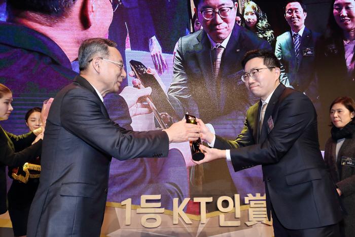 KT 황창규 회장이 세계 최초 5G 상용화 TF의 김하성(사진 오른쪽) 책임연구원에게 1등 KT인상 대상을 시상하고 있다. [사진제공 = KT]