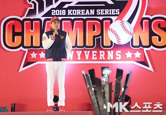 """8년만에 한국시리즈 우승으로 통산 4번째 우승을 차지한 SK 와이번스가 지난 1일 오후 인천 SK행복드림구장 그라운드에서 5.500여명의 팬들을 초청한 가운데 """"THANK YOU ..."""