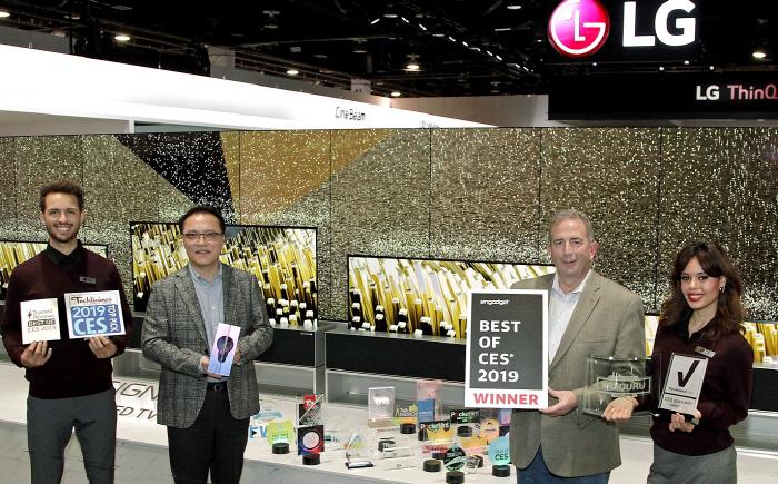 LG전자 HE연구소장 남호준 전무(왼쪽에서 두번째), 팀 알레시 LG전자 미국법인 HE제품마케팅담당(왼쪽에서 세번째)이 세계 최초 롤러블 올레드 TV 'LG 시그니처 올레드 TV ...