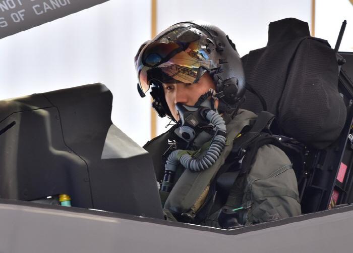 한국 공군 조종사, F-35A 스텔스기 첫 단독비행<br /> <br />     (서울=연합뉴스) 이정진 기자 = 첨단 스텔스기 F-35A 운용을 앞두고 미국에서 교육 훈련 중인 한국 공군 조종사가 ...