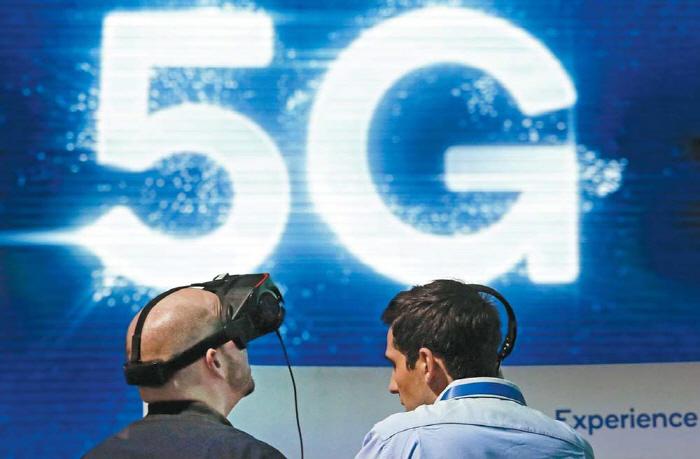 CES 2019에서 한 남성이 연구개발 기업인 퀄컴이 선보인 가상현실(VR) 헤드셋을 착용한 채 항공기를 착륙시키는 시뮬레이션 게임을 하고 있다. [사진 = 매경DB]