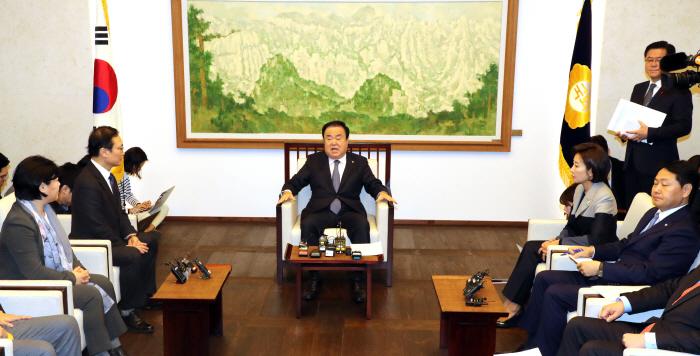 회동하는 국회의장과 교섭단체 원내대표 [사진출처 = 연합뉴스]