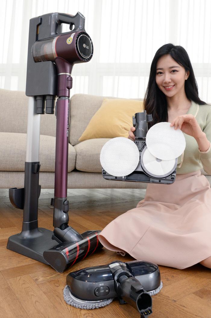 LG전자 모델이 무선청소기 코드제로 A9 '1회용 청소포'를 소개하고 있다. [사진제공 = LG전자]