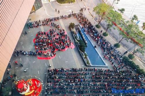 회사 건물 밖에서 세뱃돈을 받기 위해 줄 선 직원들[SCMP 캡처]