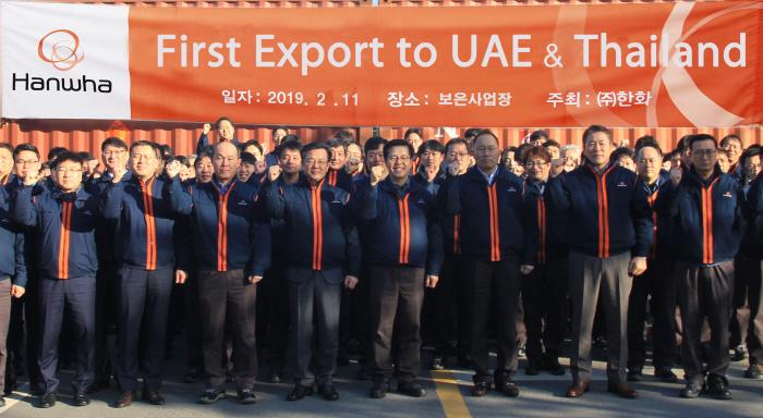한화가 지난 11일 '태국·UAE 초도 물량 수출 기념식'을 갖고 기념촬영을 하고 있다 (앞줄 우측에서 세번째 한화 옥경석 대표이사). [사진제공 = 한화]