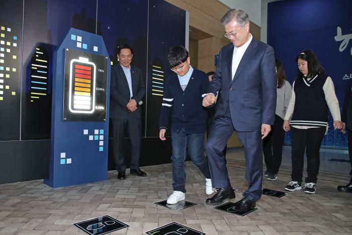 발로 밟아 전기 생산하는 기기 살펴보는 문 대통령 [사진 출처 = 연합뉴스]