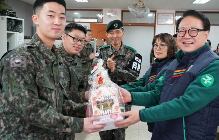 발렌타인데이를 맞아 13일 정승인 세븐일레븐 대표이사(오른쪽 첫 번째), 박은영 세븐일레븐 철원문혜리점 경영주(오른쪽 두번째) 심진선 육군 사단장(가운데)이 육군 6보병사단 통신대...
