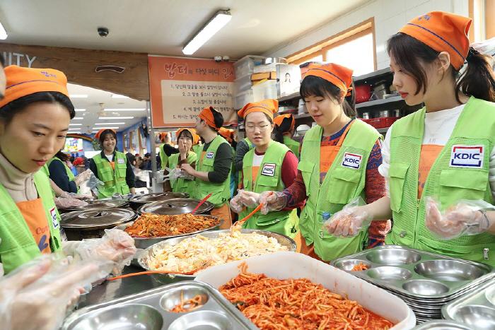 12일 서울 동대문구 밥퍼나눔운동본부에서 예금보험공사 신입사원들이 무료급식 봉사활동을 하고 있다. [사진 제공 = 예금보험공사]