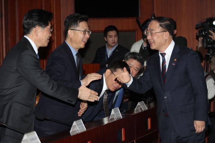 경제활력대책회의 참석하는 홍남기 부총리 [사진출처 = 연합뉴스]
